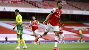 Aubameyang celebra uno de sus goles en el Arsenal-Norwich