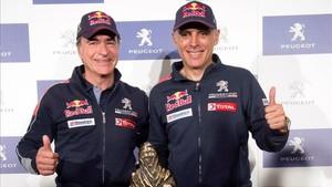 Carlos Sainz y Lucas Cruz en la rueda de prensa tras ganar el Dakar 2018