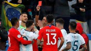 Díaz de Vivar expulsó a Messi y Medel en la acción que rompió el Argentina-Chile