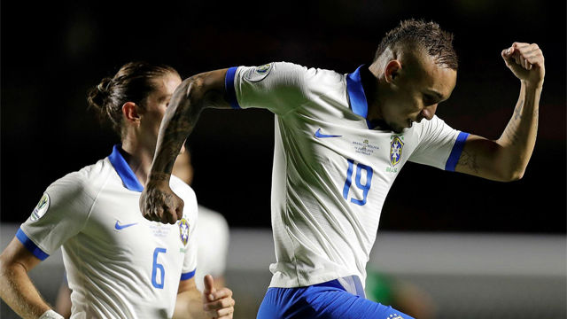 Espectacular misil de Everton para sentenciar la victoria de Brasil
