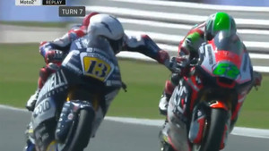 Fenati toca el freno de la moto de Manzi en la carrera de Moto2 de GP de San Marino