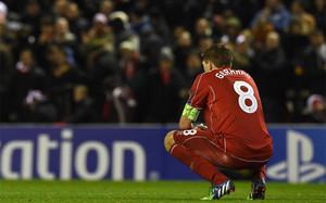 Gerrard, triste al finalizar el partido en Anfield