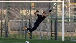 Jokin Ezkieta, en un entrenamiento del FC Barcelona