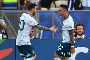 Lautaro Martinez celebra con Leo Messi tras marcar contra Venezuela en el partido de la Copa AMerica en el estadio Maracaná de Rio de Janeiro en Brasil.