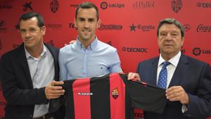 Linares, entre el director deportivo del Reus, Sergi parés, y el presidente, Xavier Llastarri