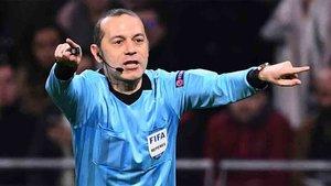 Los árbitros de la UEFA ya no visten Adidas
