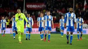 Los jugadores del Deportivo de la Coruña frente al Sevilla
