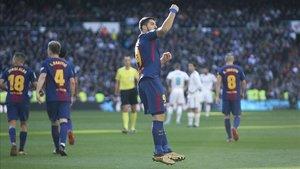 Luis Suárez celebra con rabia un gol marcado al Real Madrid en el Santiago Bernabéu
