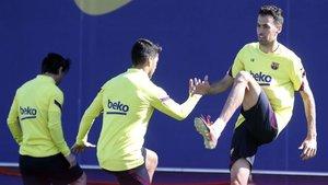 Luis Suárez, con Busquets y Messi, durante el entrenamiento