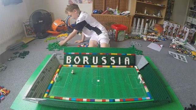 Un niño construye estadios con piezas de LEGO