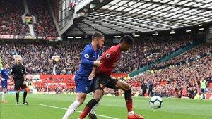 Rashford en un balón disputado con Eden Hazard