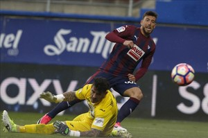 Sergi Enrich supera a Herrerín para marcar el segundo gol del Eibar