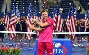 Stan Wawrinka abraza con fuerza el trofeo de campeón del US Open