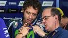 Valentino Rossi habla con un técnico de Yamaha