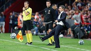 Valverde devuelve un balón al campo en Granada