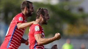 Víctor Díaz celebra con Roberto Soldado el 0-1 del Granada en Durrës