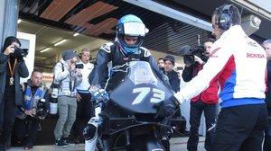 Àlex Márquez (Honda), justo en el momento en que sale del boxe de LCR Honda, hoy, en Cheste (Valencia).