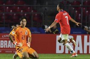 Alexis Sánchez celebrando el gol en el partido frente a Japón