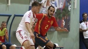 Boyis (der) presionando a un jugador de Dinamarca