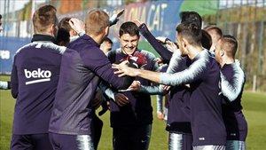 El futbolista del filial Jorge Cuenca fue felicitado por su 19 cumpleaños