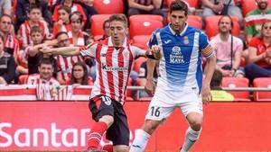 Javi López pugna con Muniain durante un partido en San Mamés