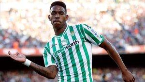 Júnior Firpo furante un partido ante el Barça