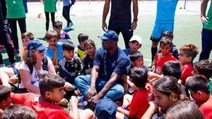 Lilian Thuram, exjugador del Barça, en un campo de refugiados este verano