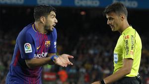 Luis Suárez y Gil Manzano en el Barça-Espanyol de la Liga 2017/18