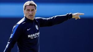 Míchel dirigiendo una sesión de entrenamiento con el Málaga