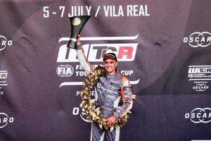 Mikel Azcona , en el podio de Portugal