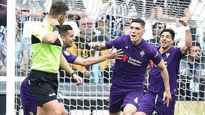 Nikola Milenkovic, pretendido por el FC Barcelona, celebra uno de sus goles con la Fiorentina