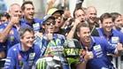 Rossi y su equipo, tras la carrera de Francia