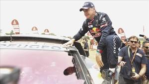 Sainz se sube al Peugeot para saludar a los aficionados