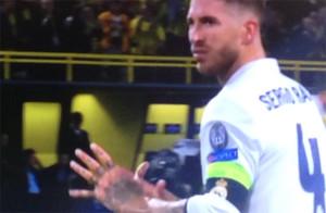 Sergio Ramos busca a Keylor y le indica con un gesto que debió blocar el balón