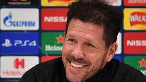 Simeone sonríe durante la rueda de prensa previa al duelo de Liverpool