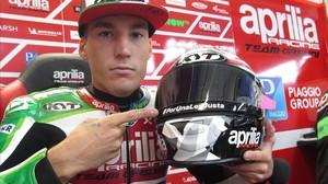 Aleix Espargaró muestra, hoy, en Austria, la inscripción que luce en su casco.