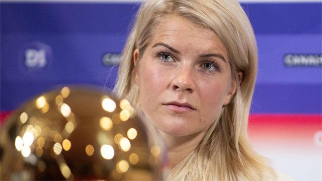 Ada Hegerberg exhibe su Balón de Oro a la afición del Lyon