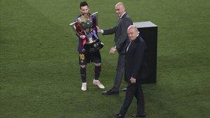 Andreu Subies entregó a Leo Messi, junto a Luis Rubiales, el trofeo que acredita al Barça como actual campeón de LaLiga Santander