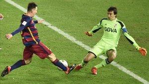 Barovero, ante Leo Messi en el Mundial de Clubes