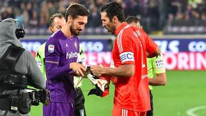 Davide Astori y Buffon durante un Fiorentina-Juventus