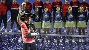 Del Potro posando con el título de campeón