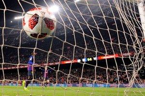 El delantero francés del Barcelona, Ousmane Dembele, marca un gol durante la ronda de la Copa del Rey (Copa del Rey) entre el FC Barcelona y el Levante UD, en el estadio Camp Nou de Barcelona.