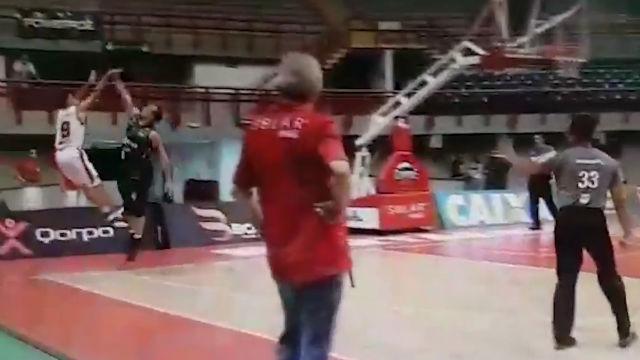 Un jugador en Brasil falló intencionadamente un tiro libre para atrapar el rebote y rematar él mismo el partido
