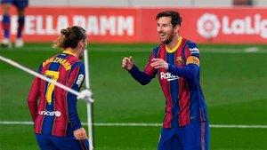Griezmann celebra con Messi el tanto del galo ante el Betis