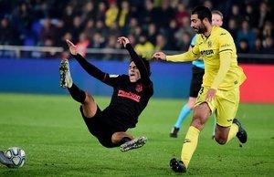 Joao Felix del Atlético de Madrid cae ante Raul Albiol del Villarreal durante el partido de la LaLiga entre el Villarreal y el Atlético de Madrid en el estadio La Ceramica stadium en Villarreal.