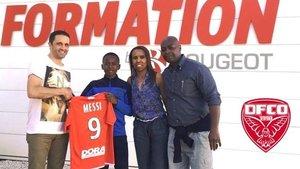 El pequeño Rayane Messi posa con la camiseta del Dijon