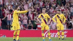 Piqué mostró su enfado con Dembélé ante la mirada de De Jong
