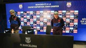 Sergi Nogueras, responsable de prensa, y Ernesto Valverde, durante el minuto de silencio