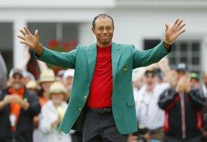 Tiger Woods saluda durante la ceremonia de entrega de la Chaqueta Verde tras su victoria en el Masters de Augusta en el Augusta National Golf Club en Georgia.