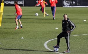 Voro, entrenador provisional del Valencia, dirige el entrenamiento del primer equipo